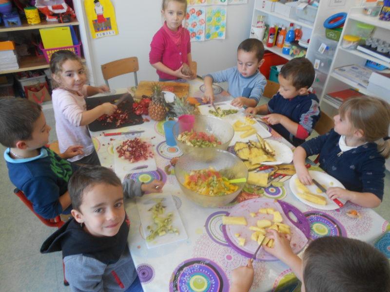 Réalisation et dégustation de la salade de fruits chez les maternelles et les CP